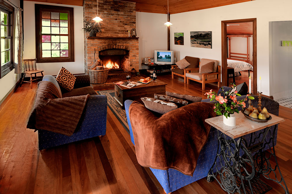 Cedar Creek Cottages, Wollombi Accommodation with log fire