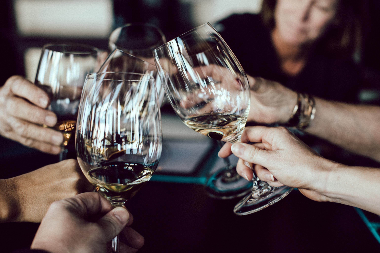 Enjoy wine with friends